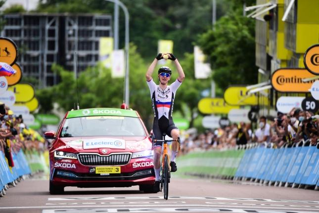 TdF: Matej Mohorič druhýkrát zvíťazil po sólovom útoku, Cavendish sa ku slovu nedostal, GC bez zmien