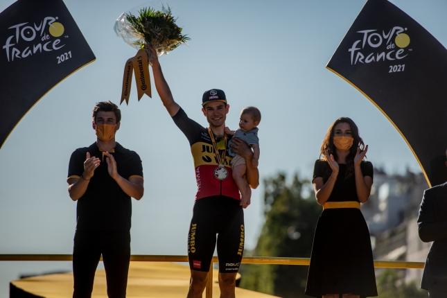 TDF: Van Aert vyhral šprint na Champs-Élysées, Cavendish rekord Merckxa neprekonal, Pogačar oslavuje žltý dres