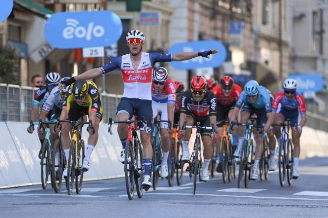 San Remo: Prekvapujúci triumf si pripísal Jasper Stuyven, Saganovi tesne uniklo pódium