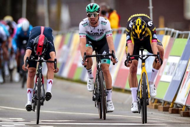 Amstel: Vo veľmi tesnom finiši Wout van Aert porazil Pidcocka, tretí Schachmann