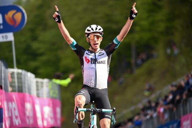 Giro: Na Alpe di Mera triumfoval Simon Yates, Bernal mal dobrý deň a udržal dres