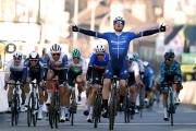 Paríž - Nice: V úvodnej etape triumfoval v šprinte Sam Bennett, porazil Démara